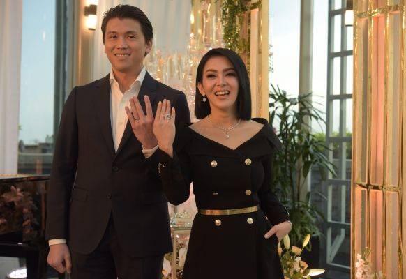 Pasangan suami istri Reino Barack dan Syahrini saat jumpa pers mengumumkan pernikahan mereka, di Jakarta, Maret 2019.