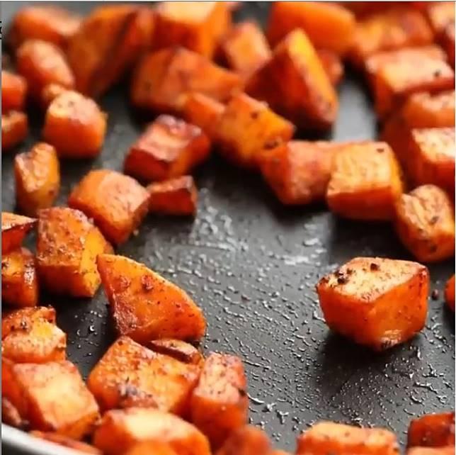 番薯炒至半軟腍,更易入口。(互聯網)