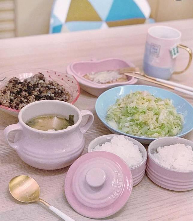 準媽媽雨僑日常,就是邊剪片邊煮飯。