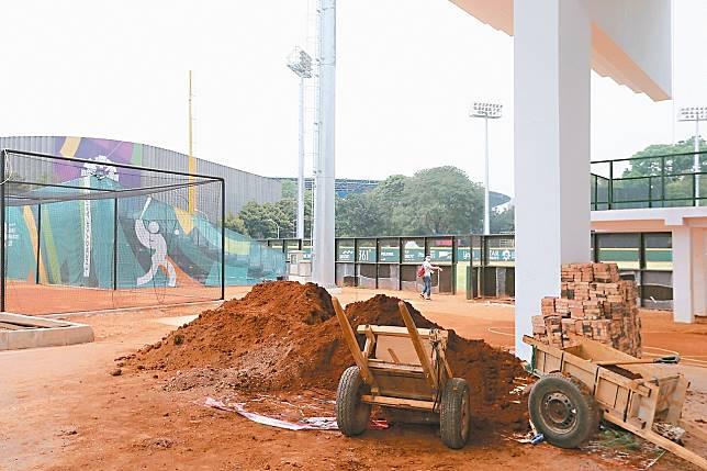 賽區一的主球場仍處於未完工階段,場邊牛棚區紅土與紅磚堆放。