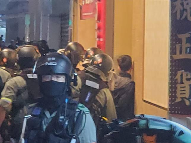 旺角警員制服聚集人士。
