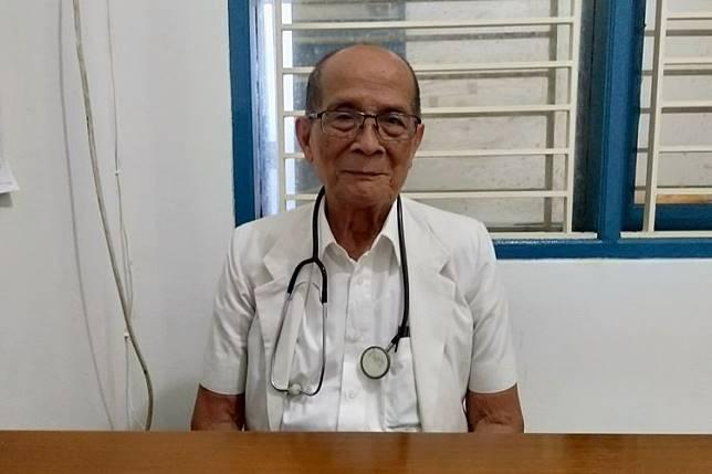 Dokter Mangku Sitepoe (84), dokter yang mengabdi untuk melayani kesehatan masyarakat berpenghasilan rendah di Klinik Pratama Bhakti Sosial Kesehatan St. Tarsisius, Jalan Raya Kebayoran Lama, Jakarta Selatan.
