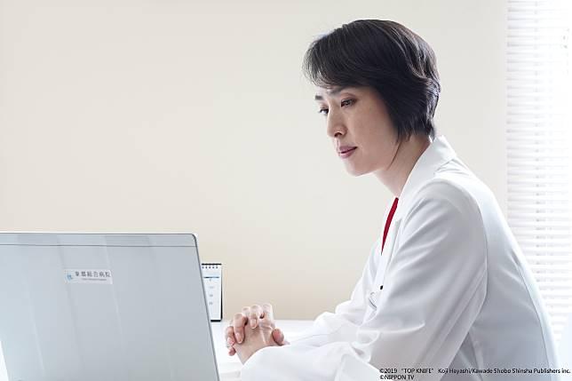 在劇中,天海祐希飾演拋下家庭,以拯救病患為重的腦外科醫生
