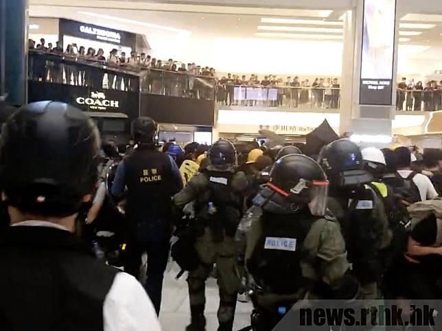 示威者與防暴警察在新城市廣場衝突。(曾文謙攝)