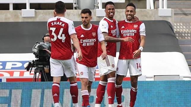 Para pemain Arsenal merayakan gol penyerang Pierre-Emerick Aubameyang (kanan) ke gawang Newcastle United, pada laga Liga Inggris 2020/2021 di St, James' Park, Newcastle, Minggu (2/5/2021) malam WIB. [MOLLY DARLINGTON / POOL / AFP]