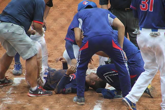 中華隊何恆佑被美國隊投手火球砸中頭盔,送醫檢查沒有腦震盪症狀。記者葉姵妤/攝影
