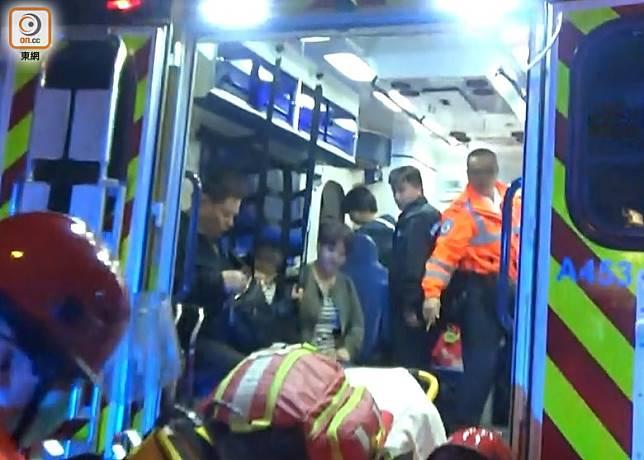 3名住客在救護車接受治理。(沈厚錚攝)