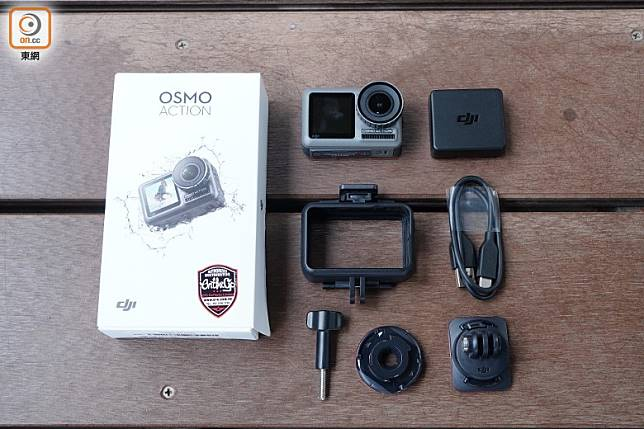 附設相機保護框、曲面粘接底座、電池、電池盒、USB-C線、鎖緊螺杆、快拆連接座、平面粘接底座。(方偉堅攝)