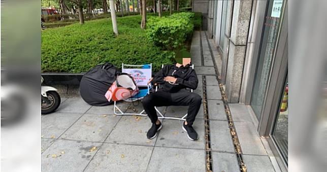 鞋迷在銀行前苦排6小時 網友:鞋子開賣後一定買不到