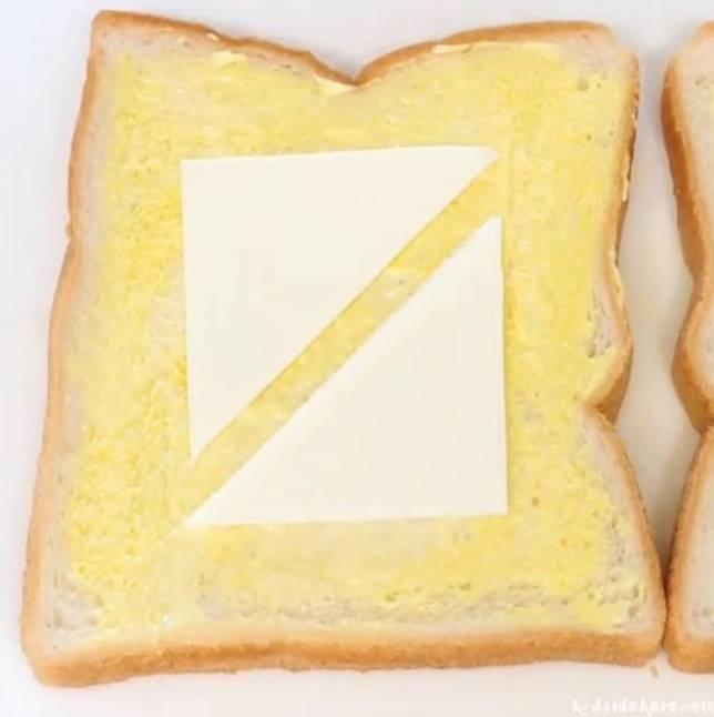 在方包上搽滿蛋黃醬代替牛油,放上芝士。 (互聯網)