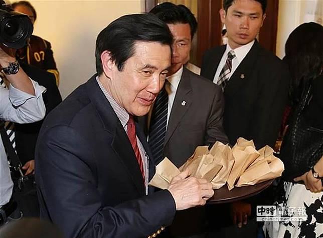 馬英九面對一堆車輪餅,忍住沒有試吃,但在分送給來賓及媒體記者時,眼神卻閃過一絲曖昧、一點邪惡。(本報系資料照片)