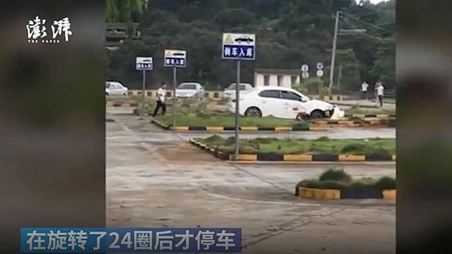 廣西一名男學員在駕訓班學開車出現狀。(圖/翻攝自澎湃新聞微博)
