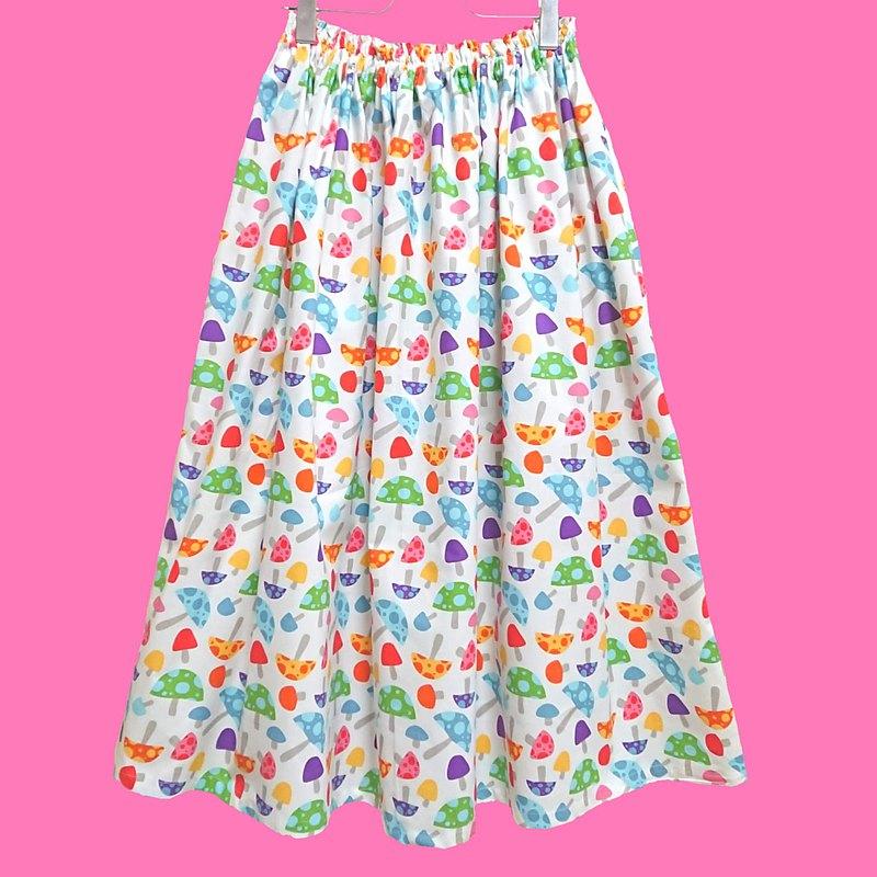 我們用美國和歐洲進口的面料製成,色彩繽紛,圖案獨特,我們精心製作了每條裙子,非常容易穿著,適合所有尺寸的裙子★★蘋果花園★希望您對這條裙子感到滿意。