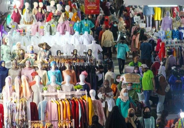 Membeludak, Pasar Tanah Abang Dijejali 200 Persen Kapasitas Pengunjung