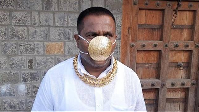 Pria Ini Beli Masker Emas Seharga Rp 56 Juta. (Twitter/Star_Fisheries)