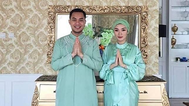 Lebaran tahun ini, kali pertama Zaskia merayakan bersama suami, Sirajuddin Mahmud Sabang usai melangsungkan pernikahan pada akhir April 2020. Menilik unggahan Instagram Zaskia, ia dan suami terlihat kompak memakai busana muslim warna hijau. Instagram/@zaskia_gotix