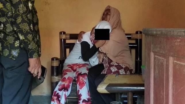 CA (16), siswi SMP Muhammadiyah Butuh korban perundungan, ditenangkan keluarga di rumahnya, Desa Tamansari, Kecamatan Butuh, Kabupaten Purworejo, Kamis (13/2/2020). - (Suara.com/Baktora)