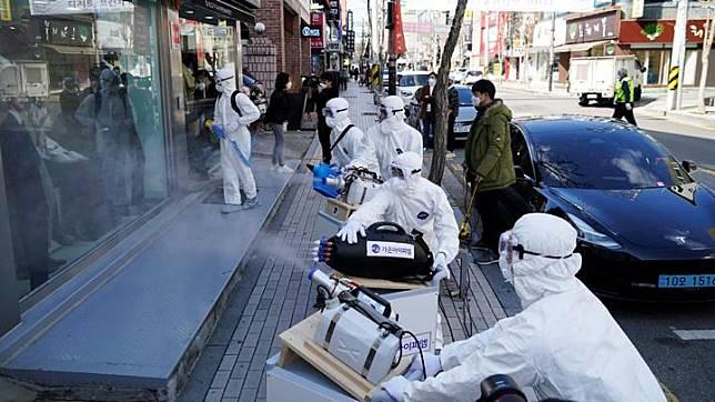 Petugas kesehatan melakukan aksi desinfeksi di area pusat perbelanjaan guna mengantisipasi penyebaran Virus Corona di Seoul, Korea Selatan, 27 Februari 2020. Jumlah orang yang terinfeksi virus corona di Korea Selatan terus melonjak hingga mencapai 1.595 kasus. REUTERS/Kim Hong-Ji