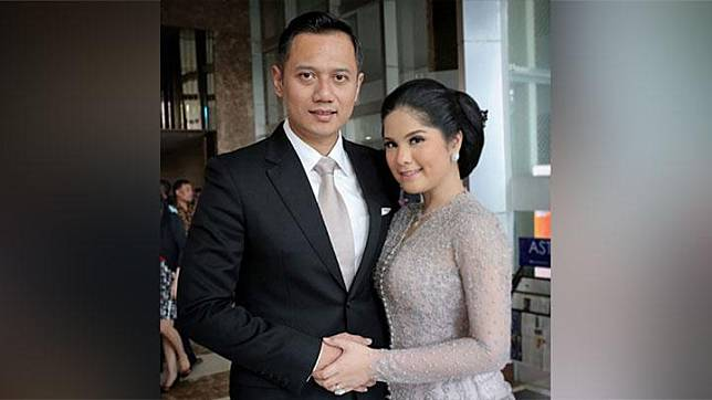 Annisa Pohan berfoto dengan suaminya, Agus Harimurti Yudhoyono saat akan menghadiri acara pernikahan Kahiyang Ayu - Bobby Nasution di Solo. Annisa mengaku berdandan dari jam 5 pagi untuk menghadiri pernikahan putri presiden Jokowi. Instagram.com