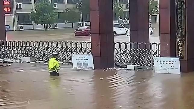 นับถือหัวใจ! ตำรวจจราจรฝ่าน้ำท่วมไปโรงเรียน เพราะกลัวมีเด็กตกค้าง