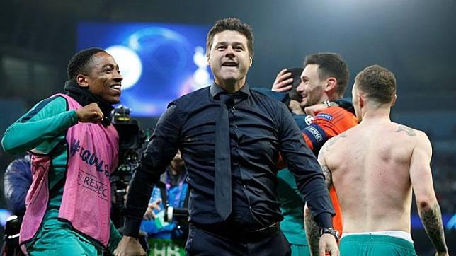 Manajer Tottenham Hotspur, Mauricio Pochettino bersama anak asuhnya merayakan keberhasilannya menyingkirkan Manchester City dalam pertandingan leg kedua perempat final Liga Champions di Stadion Etihad, Manchester, 18 April 2019. REUTERS/Andrew Yates