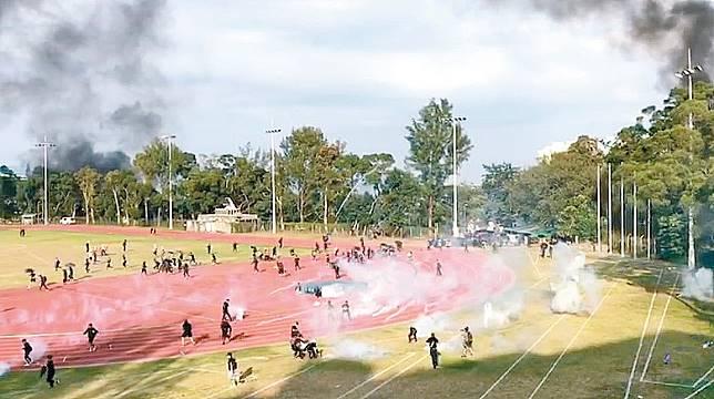 防暴警察在中大校園內球場施放催淚彈。(互聯網)