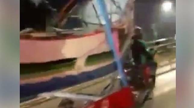Ojol yang tengah menderek kapal. (Facebook/Imam Madhi)