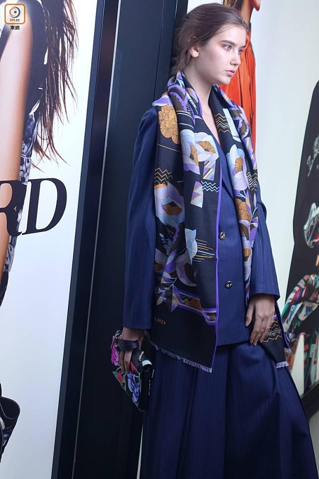 深藍色孖襟西裝褸、深藍色裙褲、紫色圖案圍巾、黑色皮革及針織圖案Clutch Bag (胡振文攝)