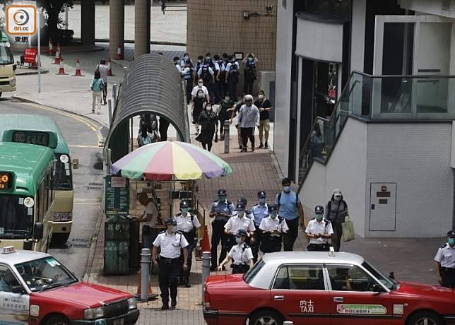 大批警員於商場外戒備。(何天成攝)