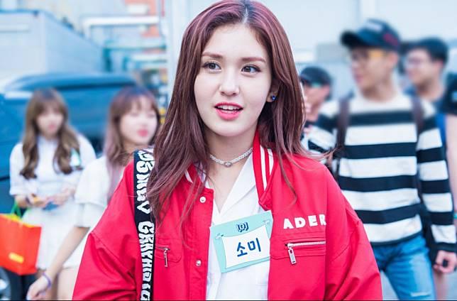 Yuk Tiru 8 Gaya Kasual Jeon Somi yang Cocok Kita Gunakan untuk Hangout  Bareng Geng 90eb556dac