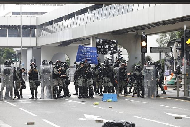 警方先後舉藍及黑旗警告。(黃偉邦攝)