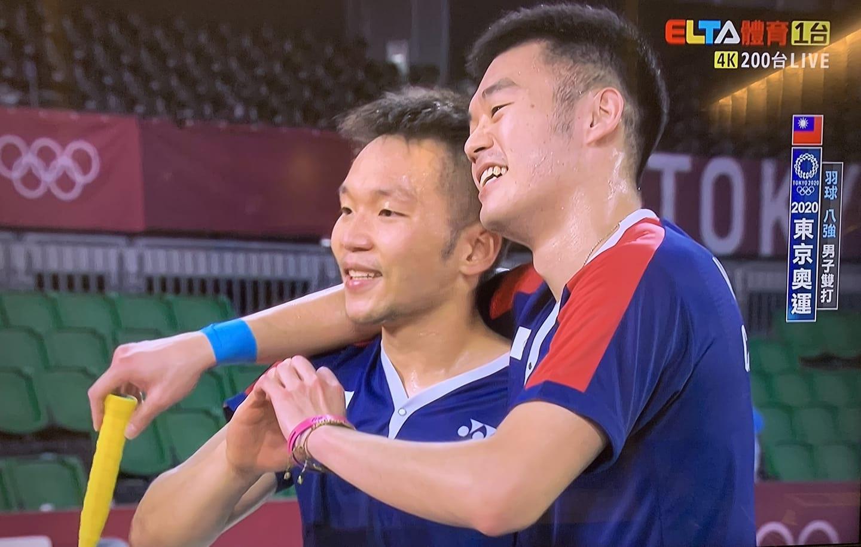賽後李洋、王齊麟對著鏡頭比愛心