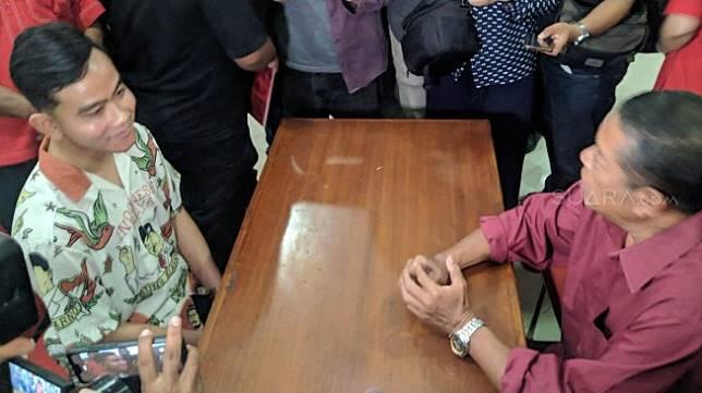 Gibran Rakabuming Raka mengurus pembuatan kartu tanda anggota (KTA) di kantor DPC PDI Perjuangan (PDIP) Jalan Hasanudin nomor 26, Kecamatan Purwosari, Keluruhan Banjarsari, Solo, Jawa tengah Senin (23/9). [Suara.com/Ari Purnomo]