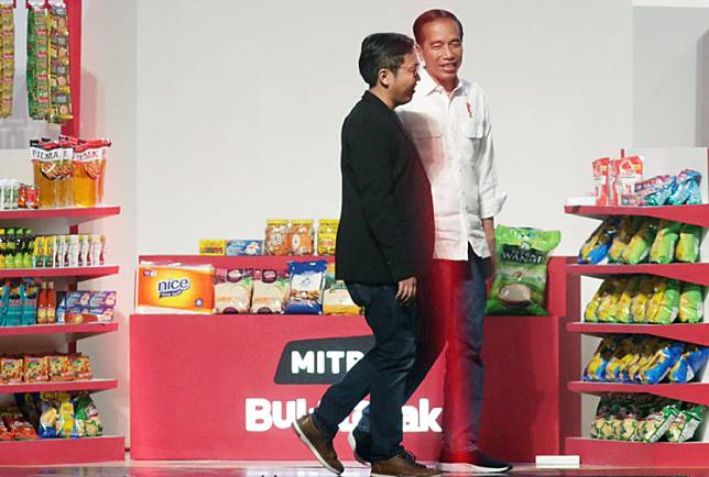 """President Joko """"Jokowi"""" Widodo (right) and Bukalapak CEO Achmad Zaky are pictured during the online marketplace's ninth anniversary celebration in Jakarta last year."""