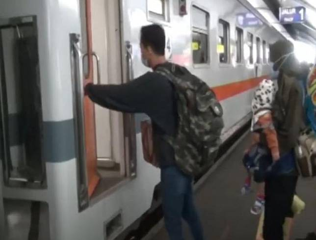 Meski memberlakukan pengetatan larangan mudik, PT Kereta Api Indonesia mengoperasikan rangkaian kereta untuk perjalanan jarak jauh. (Foto: iNews.id)