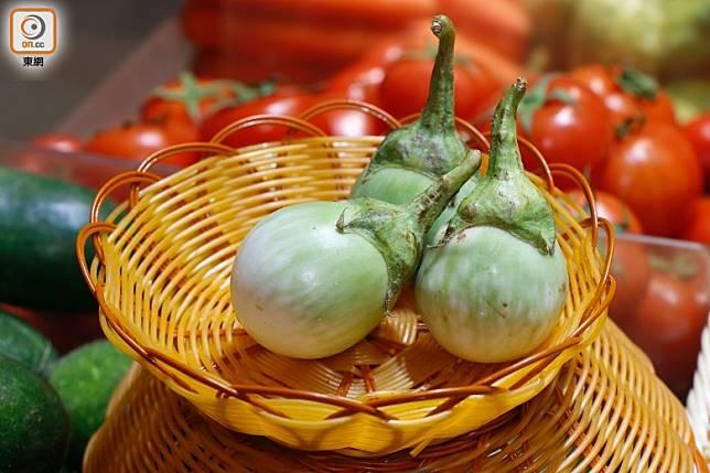 圓滾滾的泰國白圓茄,在當地和菲律賓都流行生吃。(郭凱敏攝)