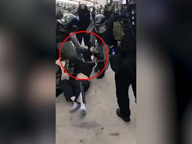 警員用警棍打向男子的頭部。(stanton sharpe提供)