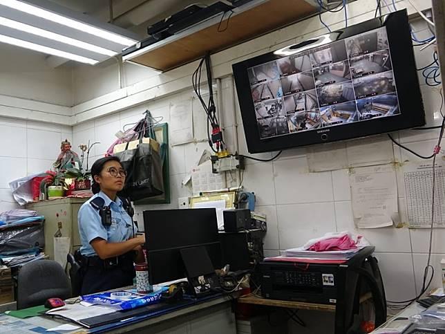 警員在附近工業大廈翻查閉路電視。
