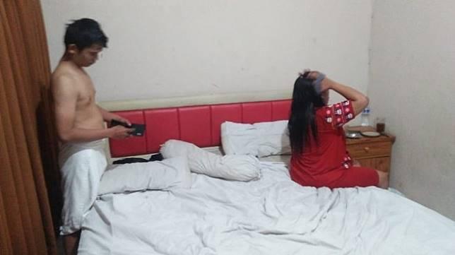 Digerebek! Suami Jual Istri via Facebook, Bolehkan Layani 2 Pria Sekaligus