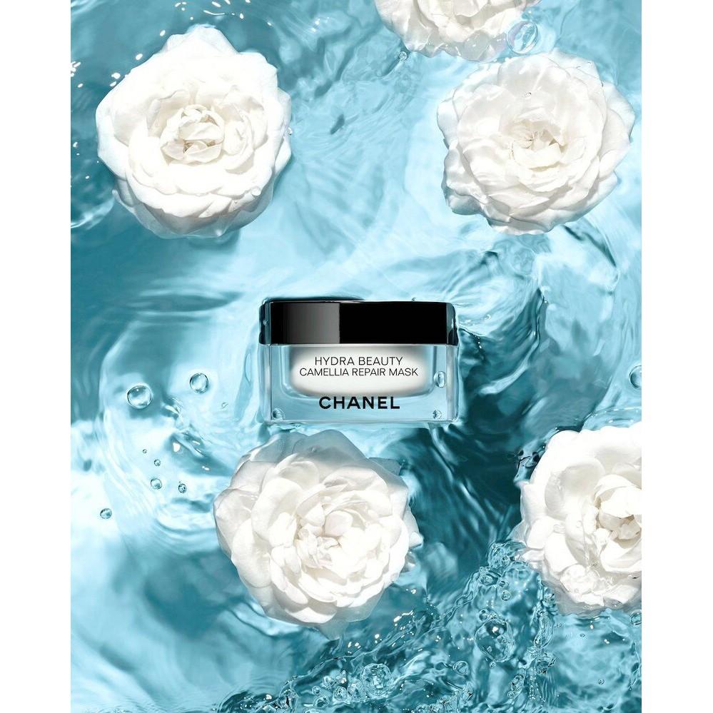 CHANEL香奈兒山茶花全效保濕修護面膜50G產品說明香奈兒實驗室打造全效保濕舒緩面膜香奈兒山茶花精萃修護面膜,帶來舒緩療癒享受,面膜添加滋養的山茶花蜜蠟,可幫助肌膚抵禦外界刺激傷害,於肌膚表皮層鎖住水分。潤澤乳霜質地帶來立即修護,舒緩疲倦乾燥的肌膚。扮演肌膚日常保養的最佳夥伴,迎戰所有可能造成肌膚水分失調,或因戶外曝曬、運動、搭機等導致肌膚不適的情況。使用程序三種保養方式,提供量身訂製的成效:• 立即煥亮:在臉上厚敷一層面膜,停留10分鐘後,再以溫水沖洗。• 舒適鎮定:在臉上薄敷一層面膜,停留10分鐘後,用雙手按摩拭去多餘面膜。乾燥部位重點舒緩:沾取少量產品塗於臉部重點區域,並以雙手按摩。文字轉載自- CHANEL官網台灣專櫃售價:2340元英國直送價:1880元熱門商品建議請先詢問是否有貨哦:)賣場中的商品都是自己用心挑選的100%保證全新正品100%英國知名百貨Selfridges 直送英國空運✈️來台需要等待7-10天的工作天,感謝大家耐心等候懷著期待的心情拆開包裹那一剎那總是美好的!!#chanel #chanelbeauty #chanelskincare #香奈兒保養 #香奈兒山茶花保濕面膜#香奈兒最新面膜#全效保濕修護面膜