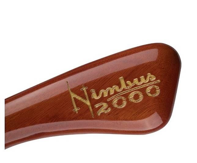 掃把頭上還寫了「光輪2000」的字樣!(互聯網)