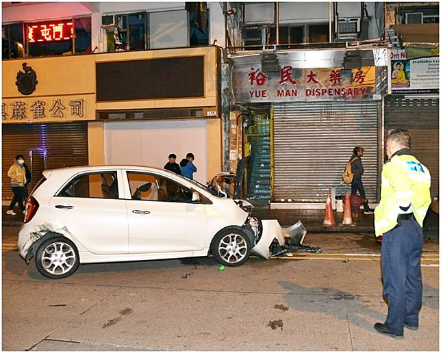 被撞的P牌私家車。