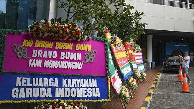 Warga mengabadikan karangan bunga ucapan terima kasih hingga dukungan kepada Menteri BUMN di halaman Kementerian BUMN Jakarta, Jumat 6 Desember 2019. Karangan bunga yang dikirim ke kantor Kementerian BUMN tersebut menyusul pemecatan Menteri BUMN kepada Direktur Utama Garuda Indonesia Ary Ashkara. ANTARA FOTO/Nova Wahyudi
