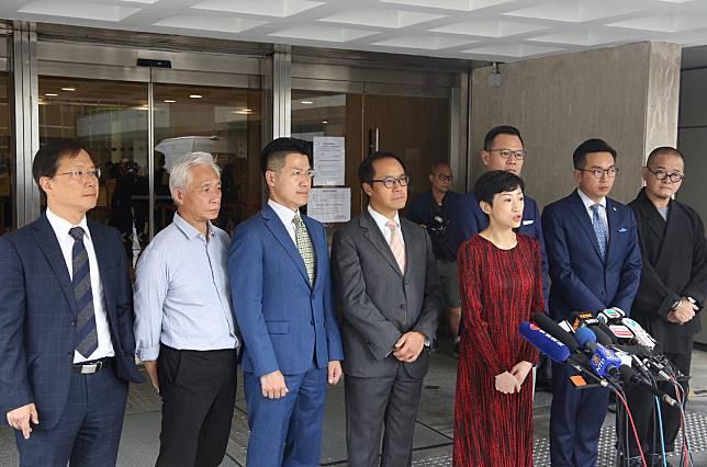 24名泛民立法會議員要求法庭推翻《緊急法》及《禁蒙面法》。