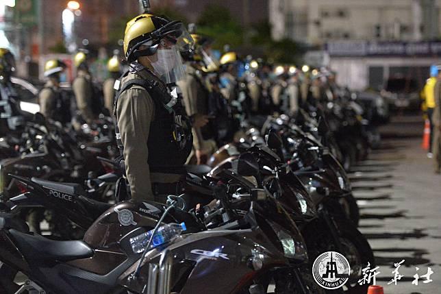 ตำรวจไทยตบเท้าร่วม 'ปล่อยแถวตรวจ' กวดขันเคอร์ฟิวช่วง 'โควิด-19' ระบาด