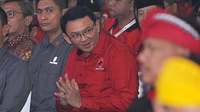 Mantan Gubernur DKI Jakarta yang juga kader PDIP, Basuki Tjahaja Purnama (kedua kanan) mengikuti pembukaan Kongres V PDIP di Sanur, Bali, Kamis, 8 Agustus 2019. ANTARA/Nyoman Budhiana