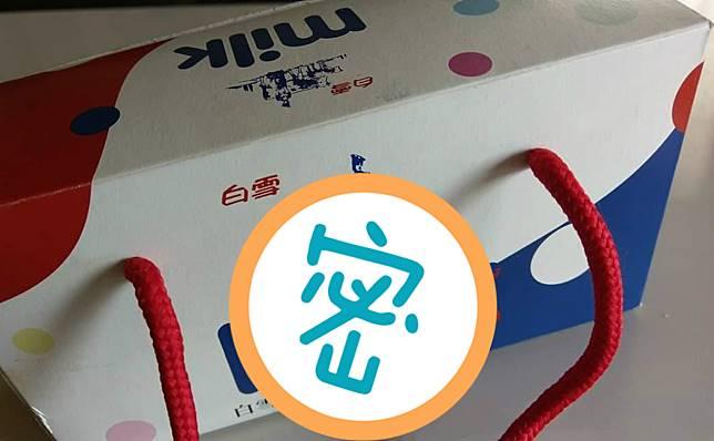 ▲一名網友在臉書社團「爆廢公社」表示,媽媽拿了一盒「牛奶餅乾」去拜土地公,回家拆箱才發現竟是一箱牛奶香味的沐浴乳和洗髮精。(圖/翻攝自爆廢公社)