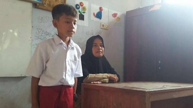 Guru Honorer SDN Karya Buana 3, Nining (44).