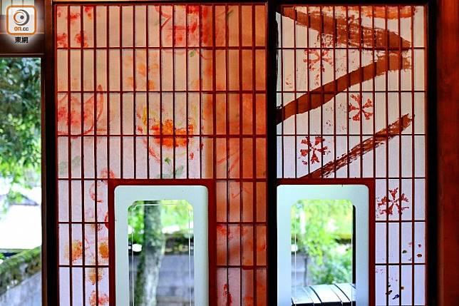 屋內的障子紙門及敞門上的畫是由村民親手繪製。(李家俊攝)