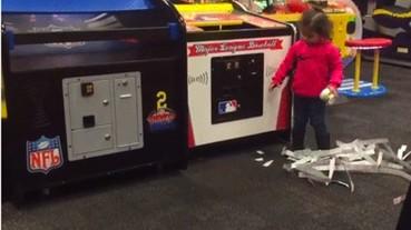 這個小女孩用了「驚為天人」的招式擊敗了遊戲機 卻讓無數人的「童年」受到嚴重的打擊...